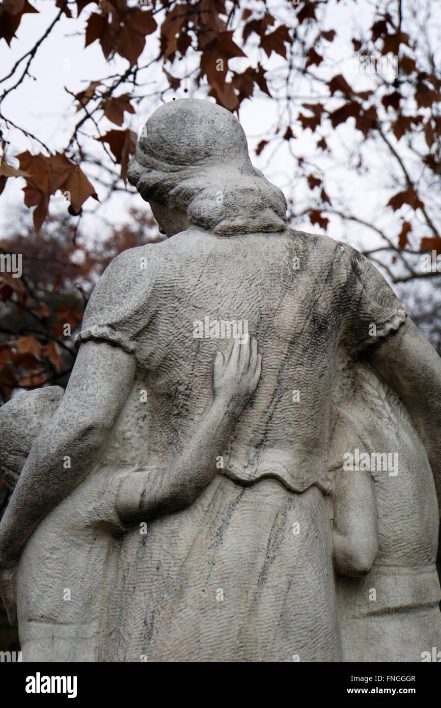Kerepesi Cemetery (Fiumei uti nemzeti sirkert), Budapest, Hungary Grieving wife and children - Stock Image