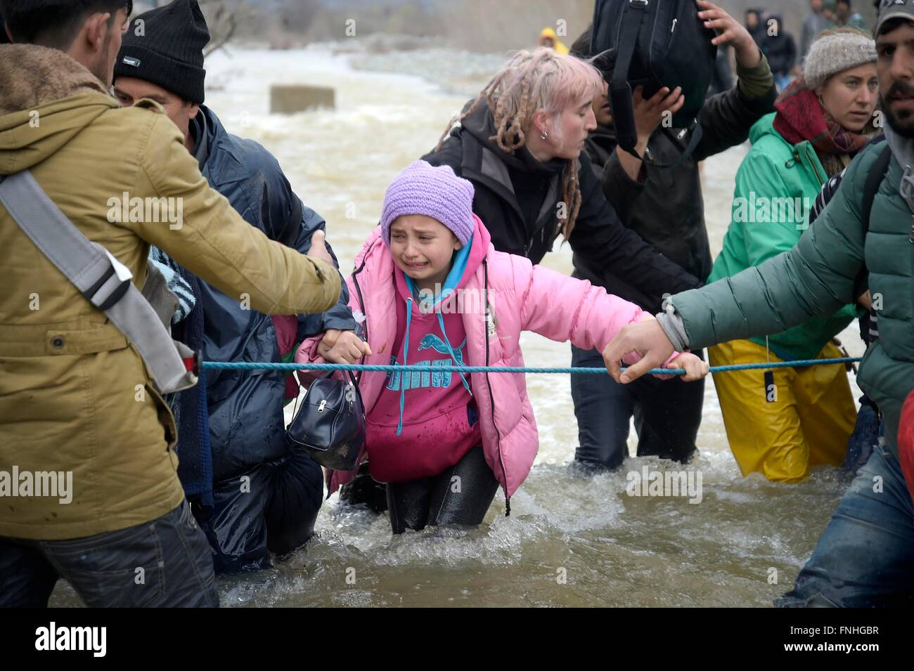 Idomeni, Greece. 14th March, 2016. Thousands of migrants stranded in the camp of Idomeni decide to cross the Macedonian - Stock Image