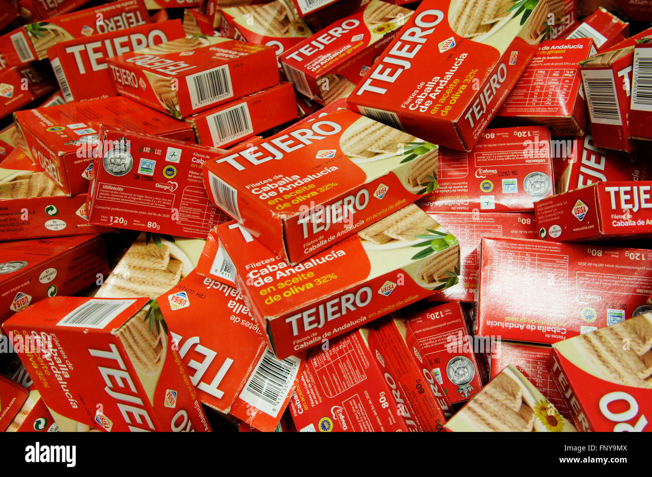 TEJERO trap tuna in olive oil 3-pack drained weight 67 g tins in boxes. - Stock Image