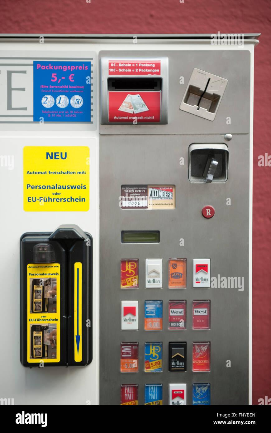 Deutschland, Nordrhein-Westfalen, Rhein-Sieg-Kreis, Siegburg, Zigarettenautomat nur freischaltbar mit Personalausweis - Stock Image