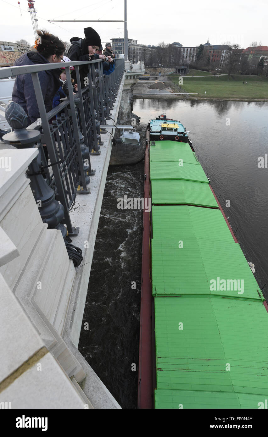 Drazdany, Germany. 16th Mar, 2016. Czech freighter is stuck in front of the pillars of Albert Bridge on the Elbe - Stock Image