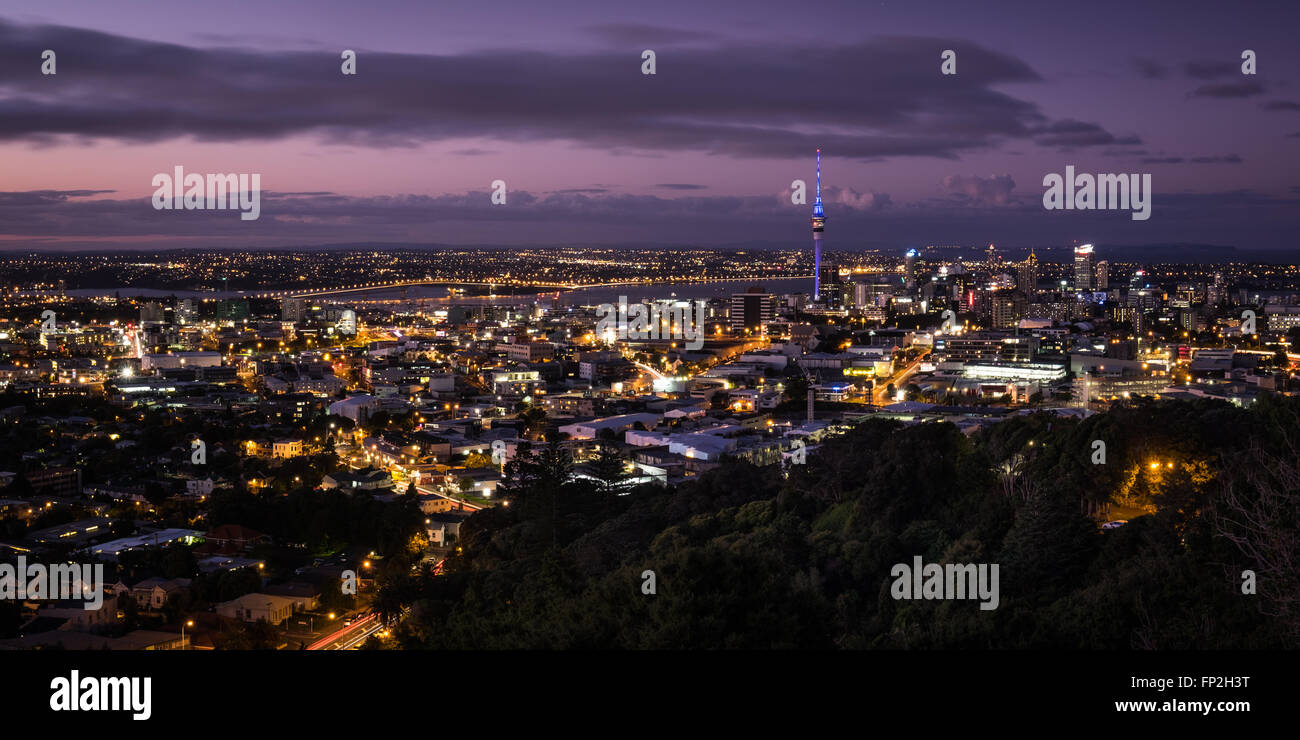 Dusk view of Auckland City from Mt. Eden - Stock Image