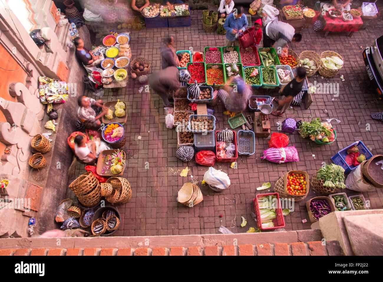 Asia, Indonesia, Bali. Ubud early morning market with flowers,fruit and vegetable market, Bali. Balinese people - Stock Image