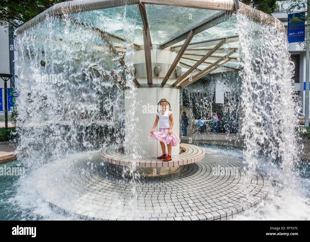 China, Hong Kong, frolic at curtain fountain in Hong Kong Park - Stock Image