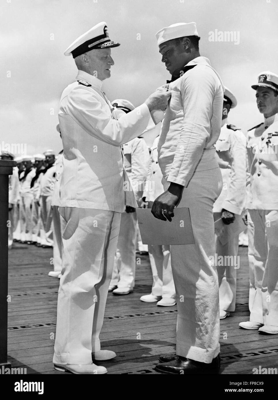Admiral Chester W. Nimitz, Commander-in-Chief, Pacific Fleet, pinning the Navy Cross on Doris 'Dorie' Miller, - Stock Image