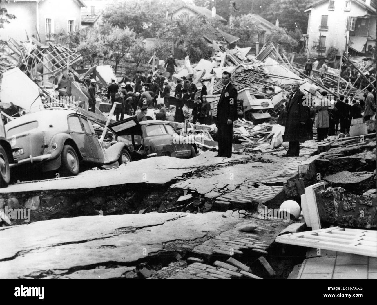 1962 - Seven killed In Landslide In Paris Suburb. Seven people were killed and 23 injured when half a square mile Stock Photo