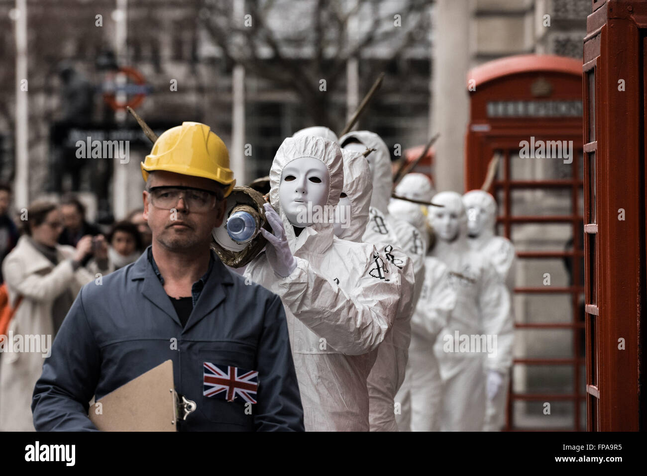 London, UK. 18th March, 2016. Amnesty human rights campaigners carry a batch of five giant dummy missiles through - Stock Image
