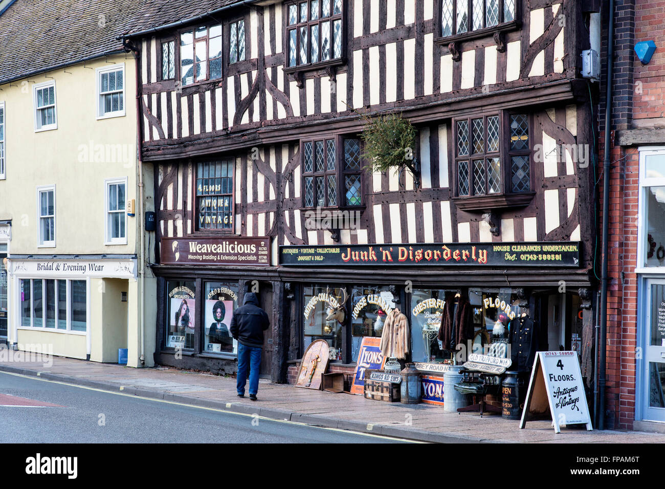 8a65e0b6456 old beamed antique shop displaying items outdoors UK - Stock Image