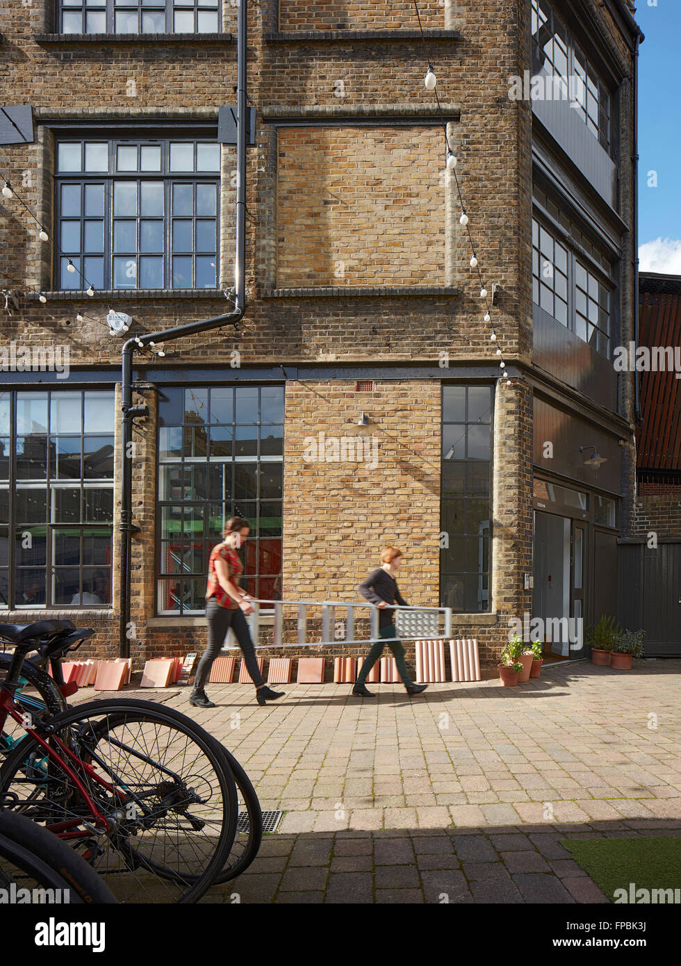 Studio yard and Victorian facade. DSDHA architectural office, London, United Kingdom. Architect: DSDHA, 2015. - Stock Image