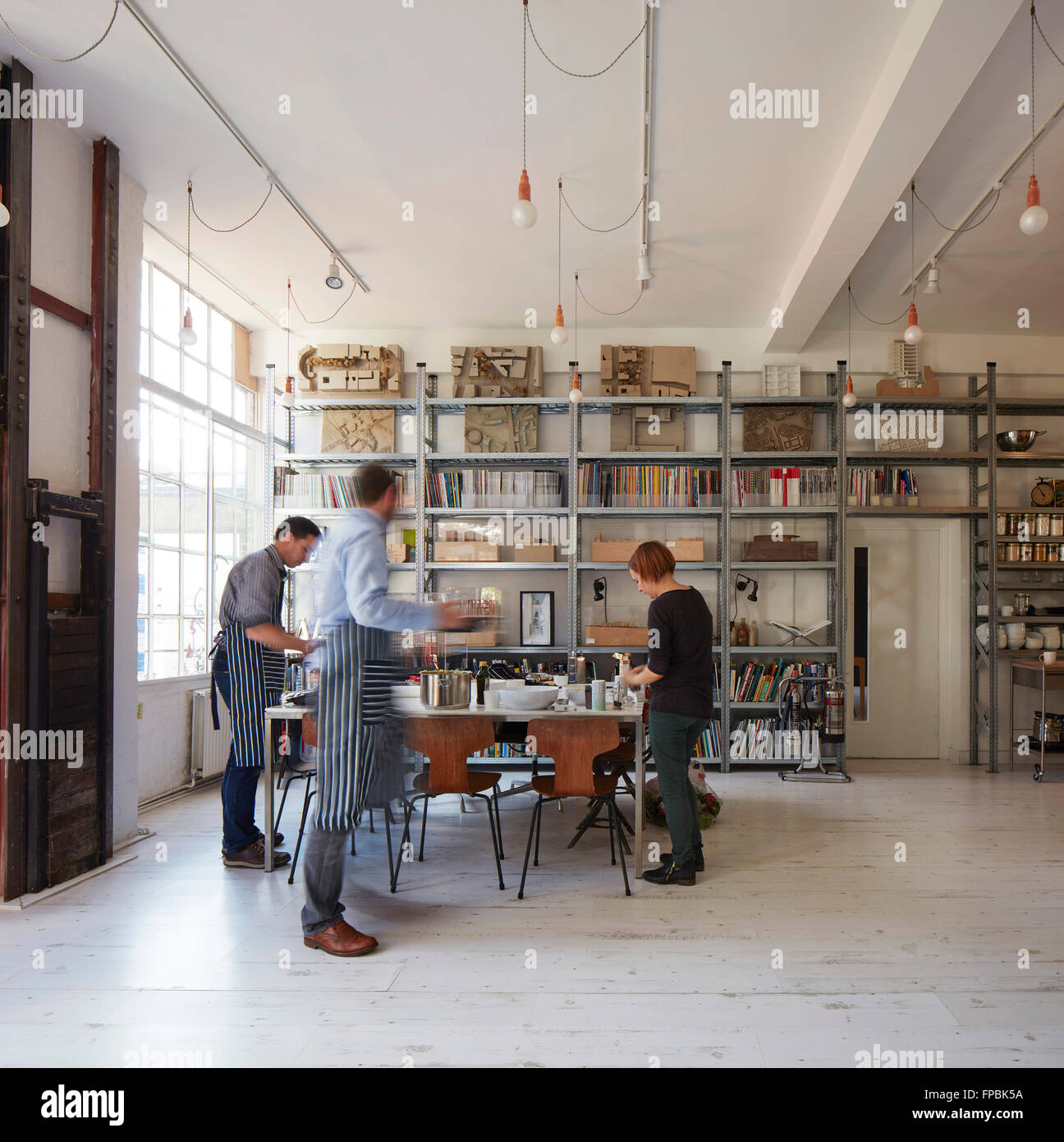Preparing lunch in ground floor kitchen. DSDHA architectural office, London, United Kingdom. Architect: DSDHA, 2015. - Stock Image
