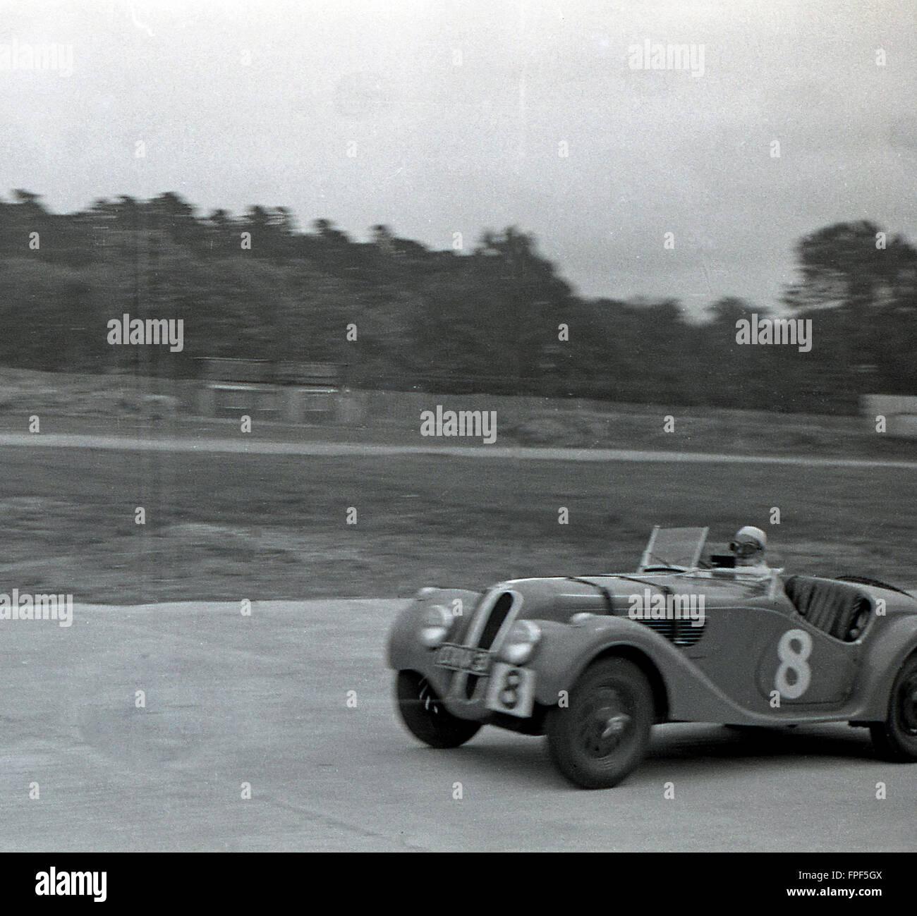 1930s historical, No 8 motor racing car goes round Brooklands race track, Weybridge, Surrey. Opened in 1907, the - Stock Image