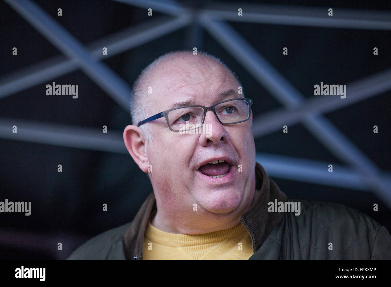London, UK. 19th March, 2016. Dave Ward, General Secretary of the Communication Workers' Union, addresses thousands - Stock Image