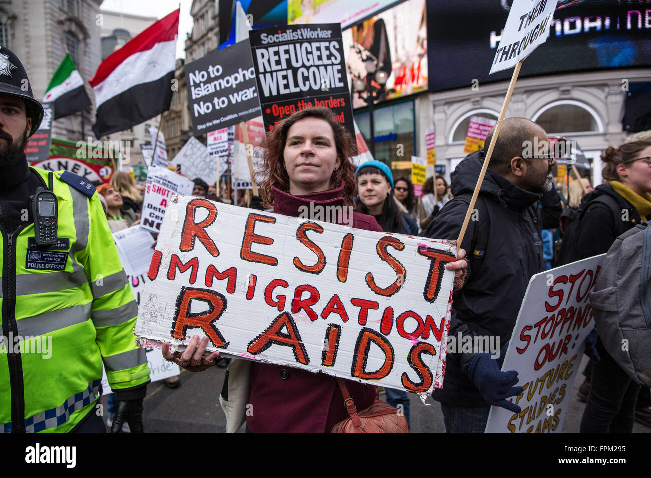 London, UK. 19th March, 2016. The Stand Up To Racism march passes a counter-protest by far-right group Britain First - Stock Image