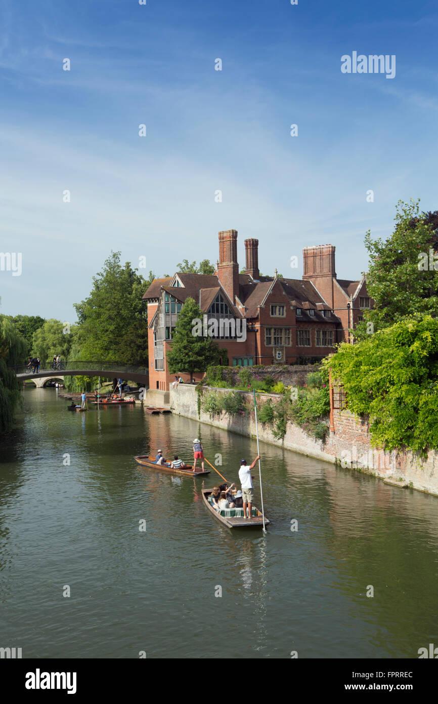 Europe, United Kingdom, England, Cambridgeshire, Cambridge, University, punts on the Cam river next to Trinity Hall - Stock Image