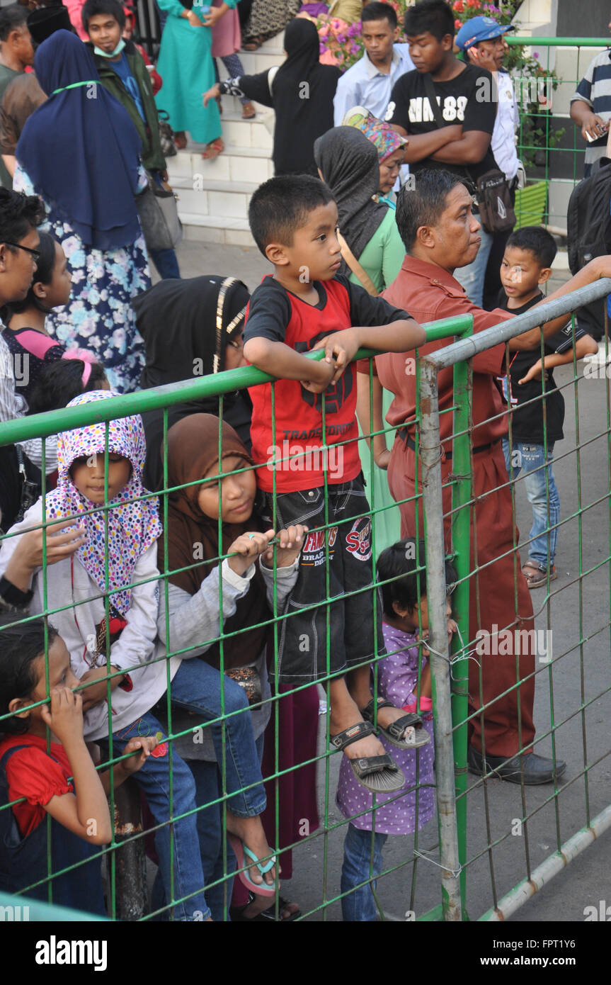 Makassar, Indonesa. Kids wait for the relatives who just arrived from hajj. - Stock Image