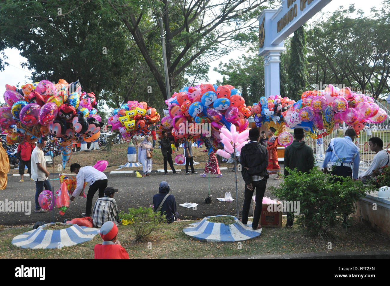 Amazing Indonesian Eid Al-Fitr Decorations - ballon-sellers-were-waiting-outside-air-force-residence-field-in-makassar-FPT2EN  Collection_712862 .jpg