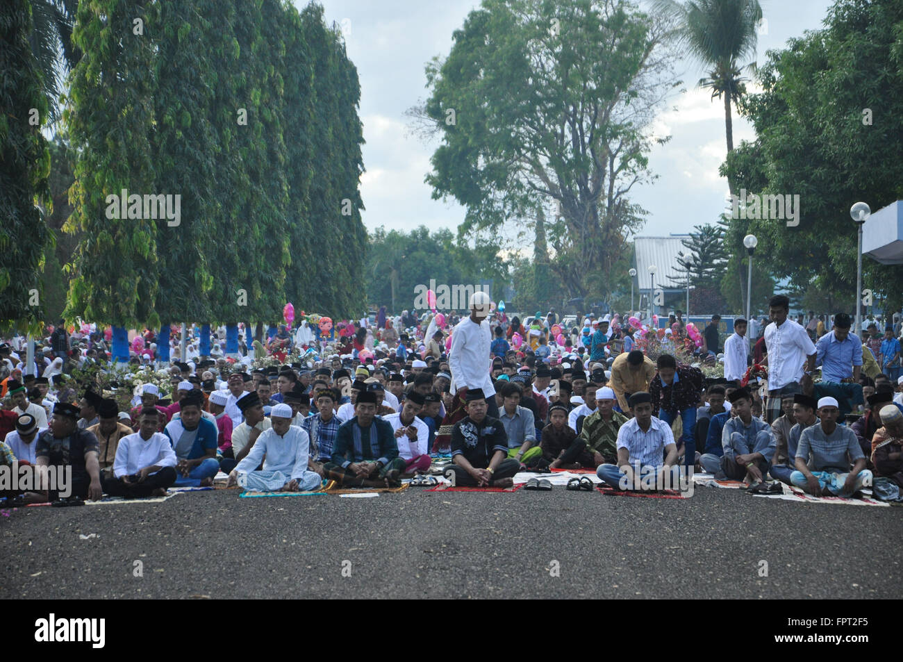 Amazing Indonesian Eid Al-Fitr Decorations - indonesian-moslems-gathered-at-air-force-residence-field-in-makassar-FPT2F5  Collection_712862 .jpg