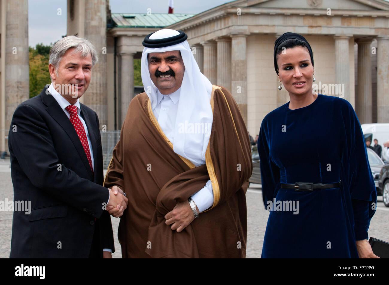 Berlin Major Klaus Wowereit (C), accompanies the Emir of Qatar, Hamad bin Khalifa Al Thani (L), and his wife Mozah Stock Photo
