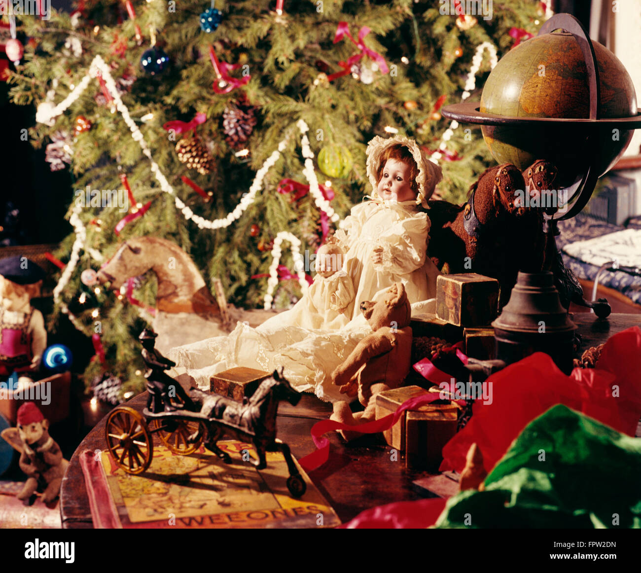 1900s OLD TIME CHRISTMAS TREE AND TOYS Stock Photo: 100125025 - Alamy