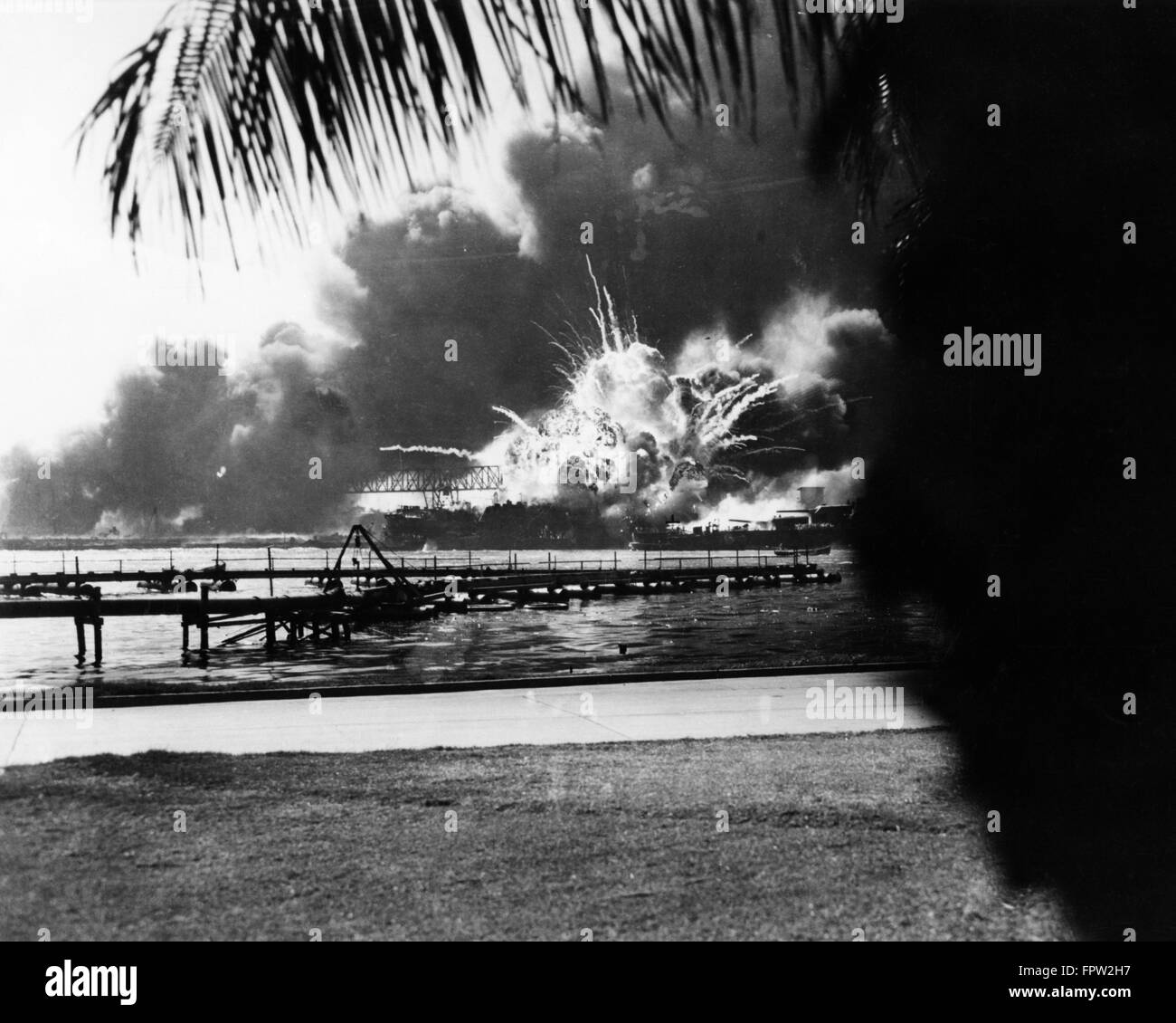 1940s BOMB OR NAVAL ARTILLERY SHELL EXPLODING DURING JAPANESE ATTACK ON PEARL HARBOR DECEMBER 7 1941 - Stock Image