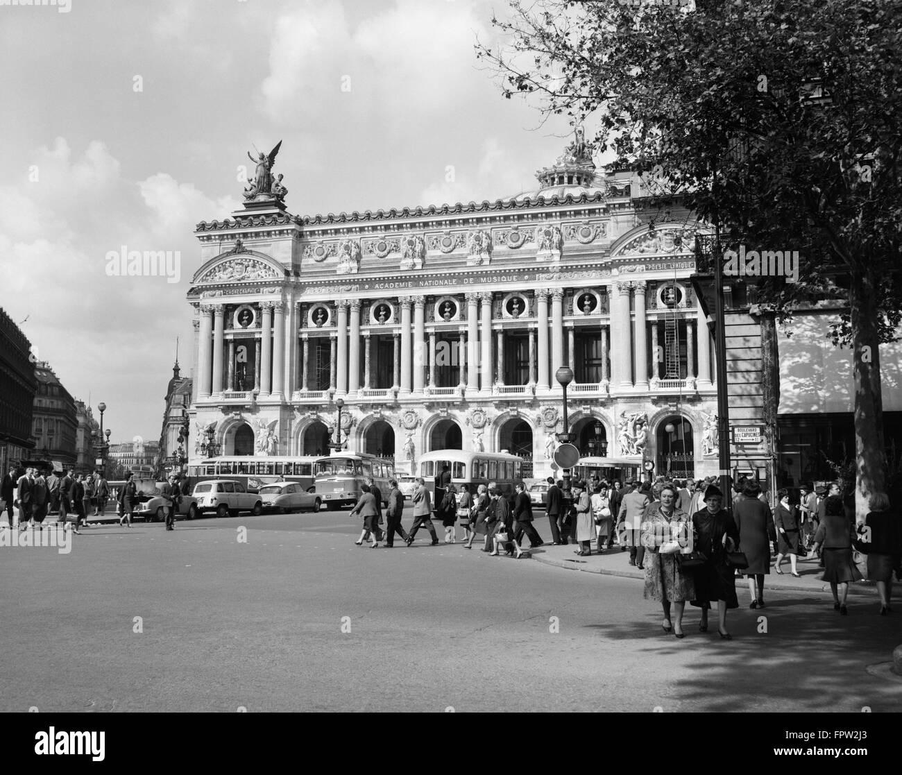1960s PALAIS GARNIER AT PLACE DE L'OPERA PARIS FRANCE - Stock Image