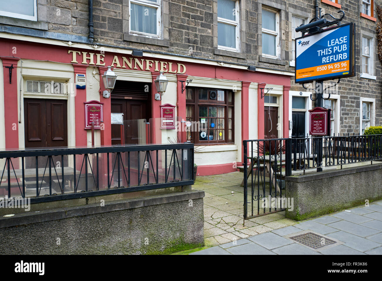 'Lease this pub' sign outside a public house in Edinburgh. - Stock Image