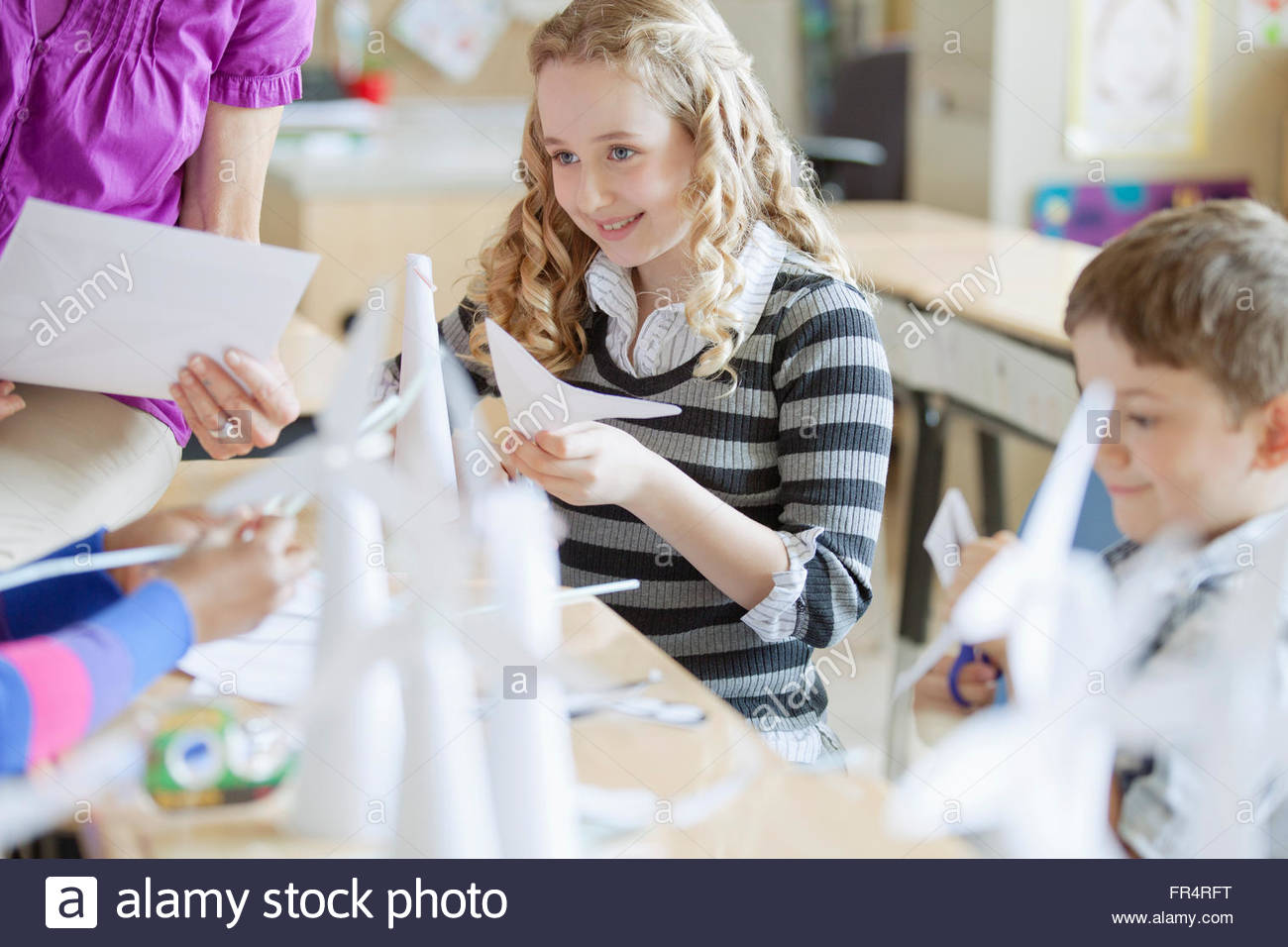 elementary students creating wind turbine models - Stock Image