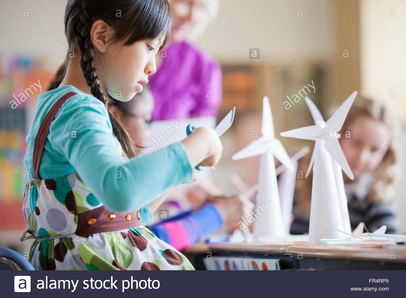 elementary school students building wind turbine models - Stock Image