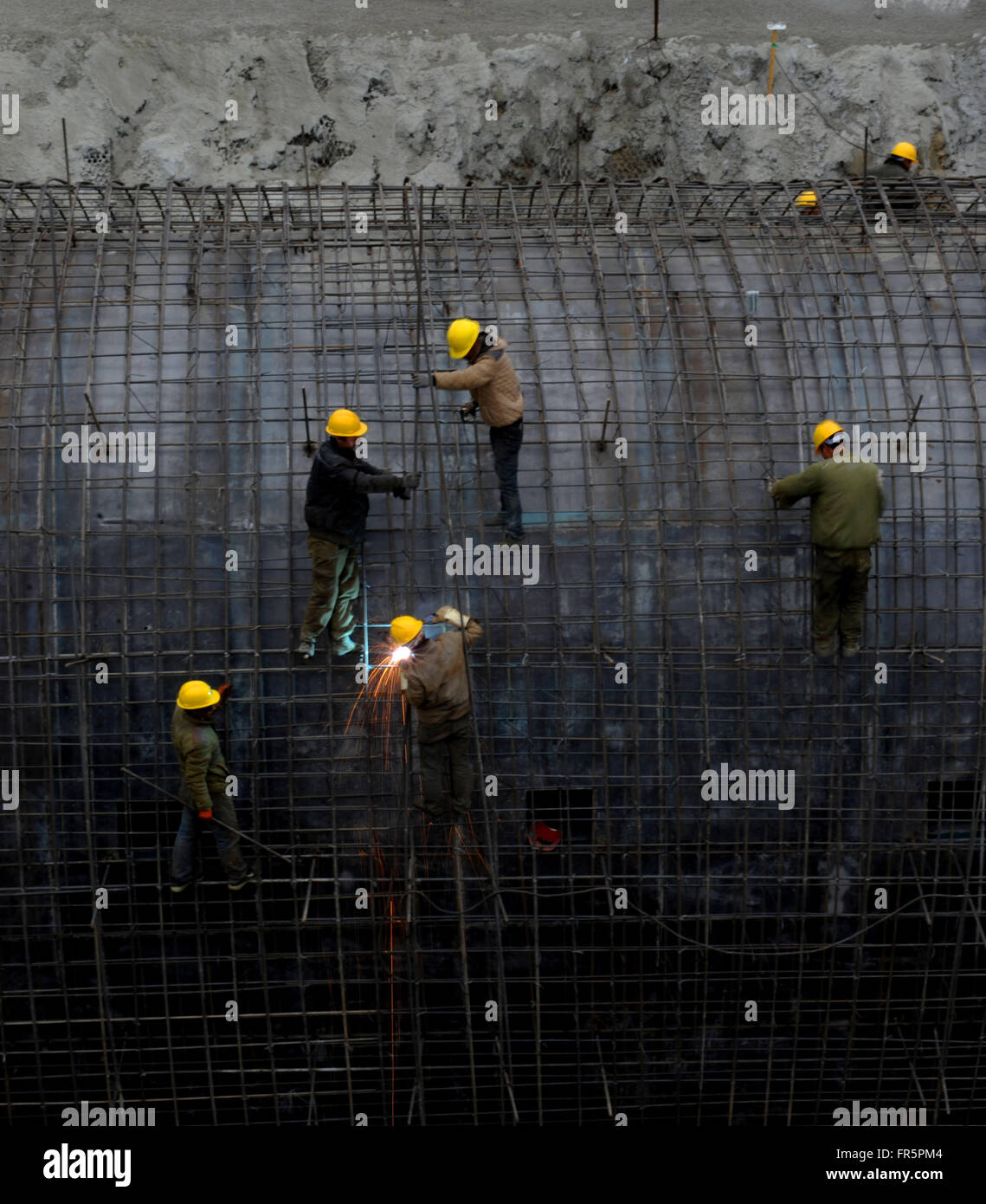 (160321) -- NYINGCHI, March 21, 2016 (Xinhua) -- Workers try to bind steel bars in a tunnel during construction - Stock Image