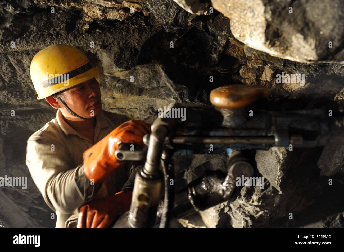 (160321) -- NYINGCHI, March 21, 2016 (Xinhua) -- A worker carries out drilling operation during construction of - Stock Image