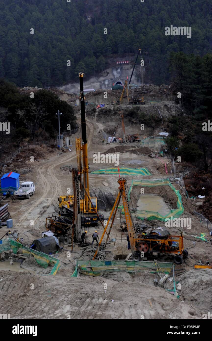 (160321) -- NYINGCHI, March 21, 2016 (Xinhua) -- Workers bore piles during construction of the Lhasa-Nyingchi segment - Stock Image