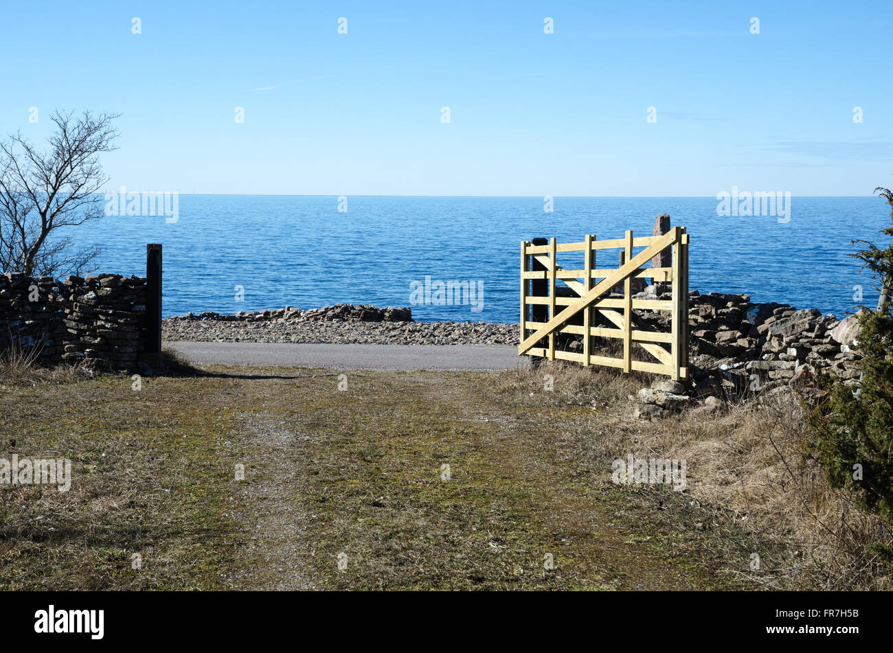 Open traditional wooden farm gate by the coast at the Swedish island Oland - Stock Image