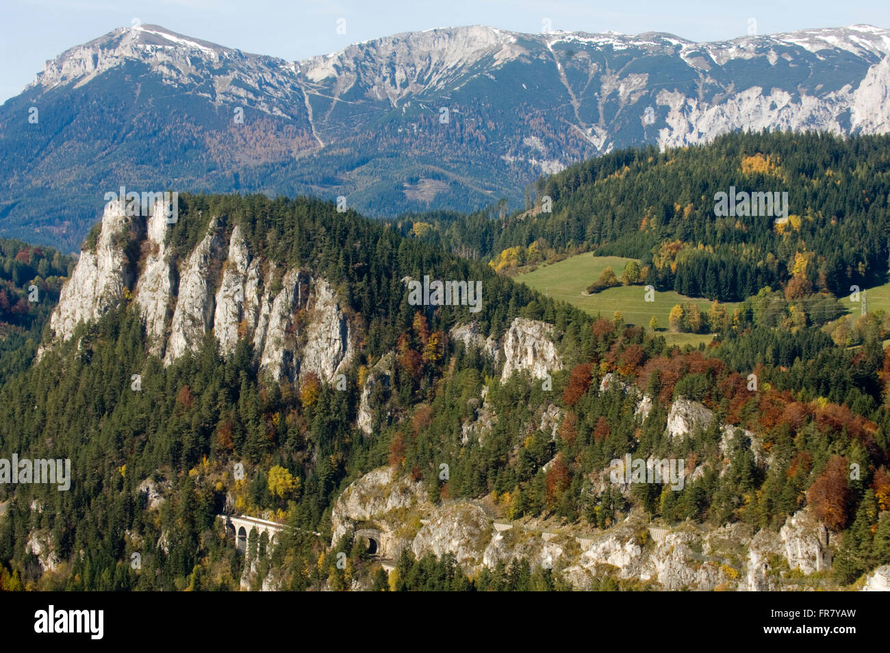 Österreich, Semmering, Blick auf das Viadukt 'Kalte Rinne' und Polleroswand - Stock Image