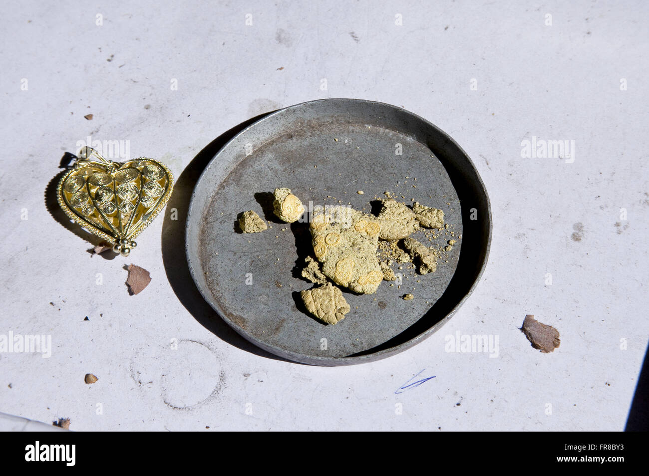 Detail of gold jewelry and its raw materials - gold powder - Stock Image