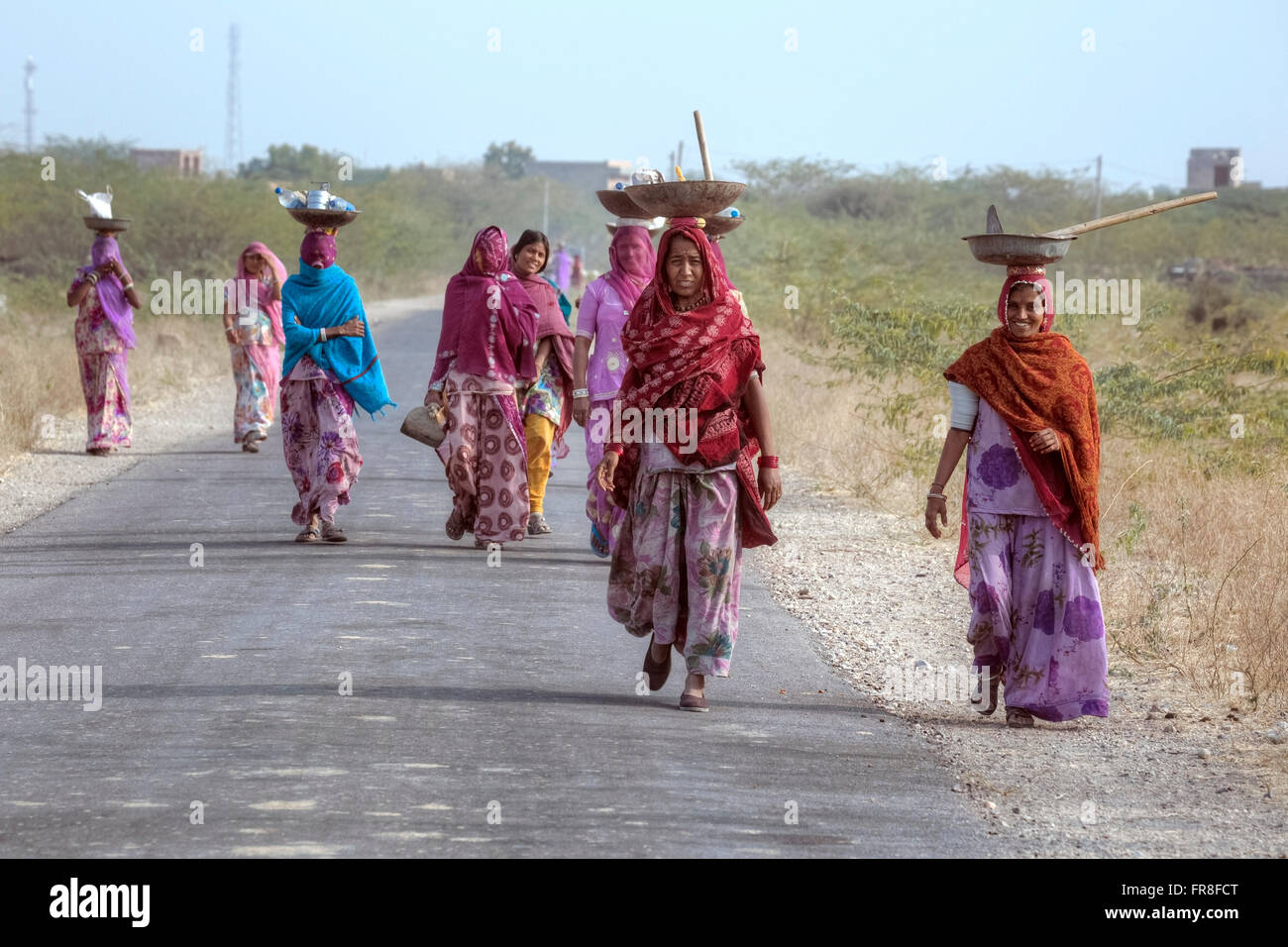 women on their way to work through the countryside near Jodhpur, India - Stock Image
