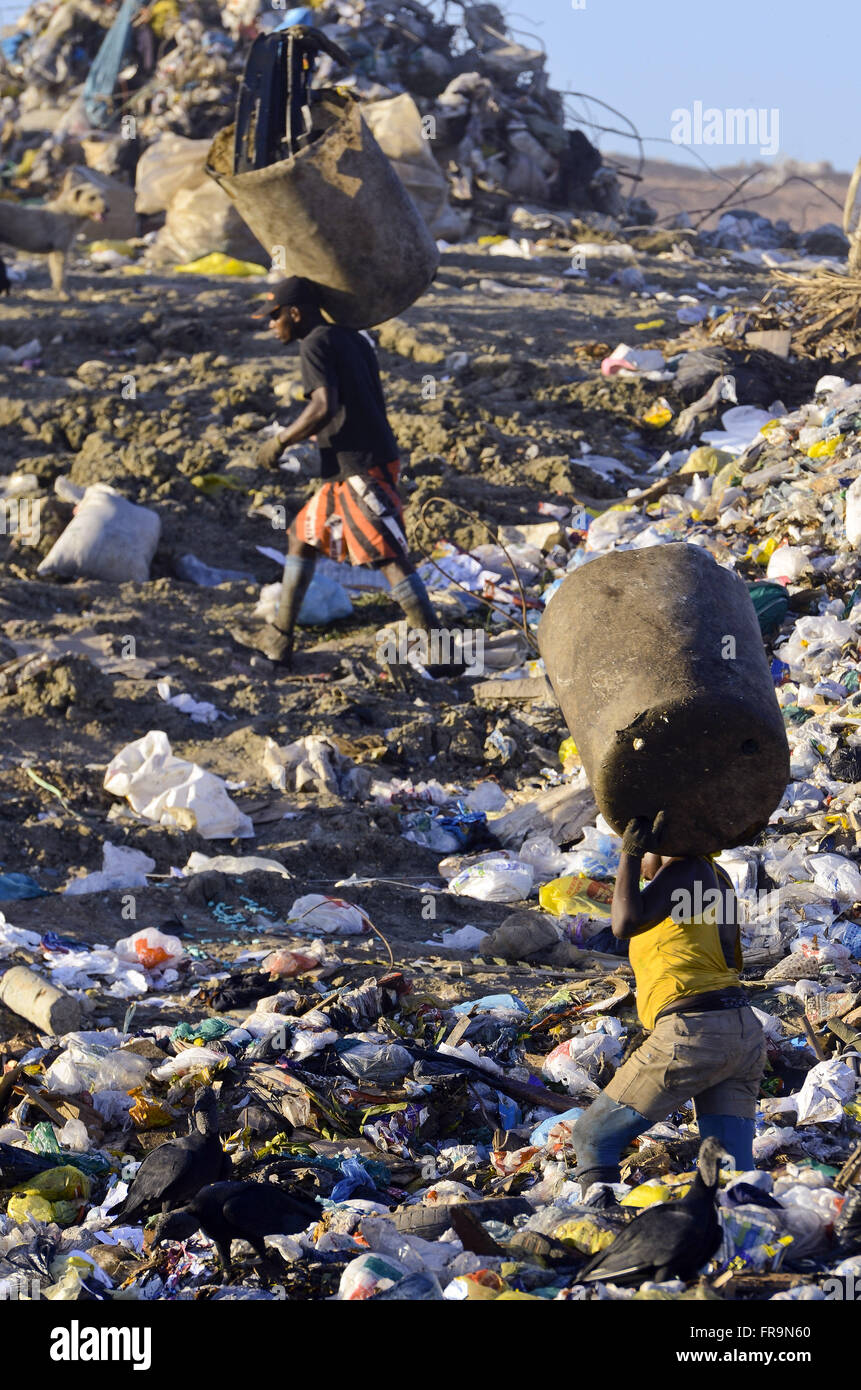 Scavengers collecting recyclable waste at the Sanitary Landfill of Jardim Gramacho - Stock Image
