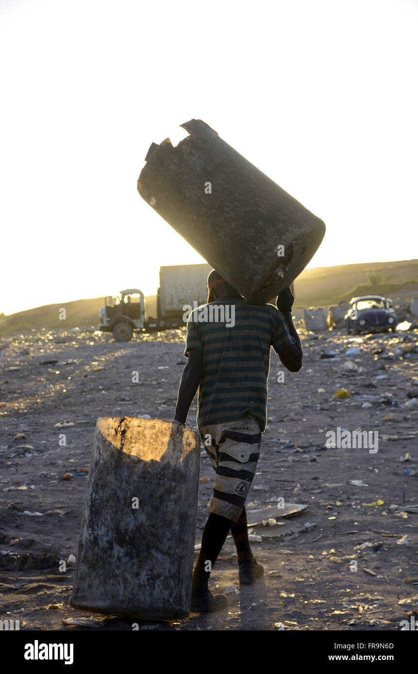 Catador Loading container with recyclable garbage collected on Sanitary Landfill of Jardim Gramacho - Stock Image
