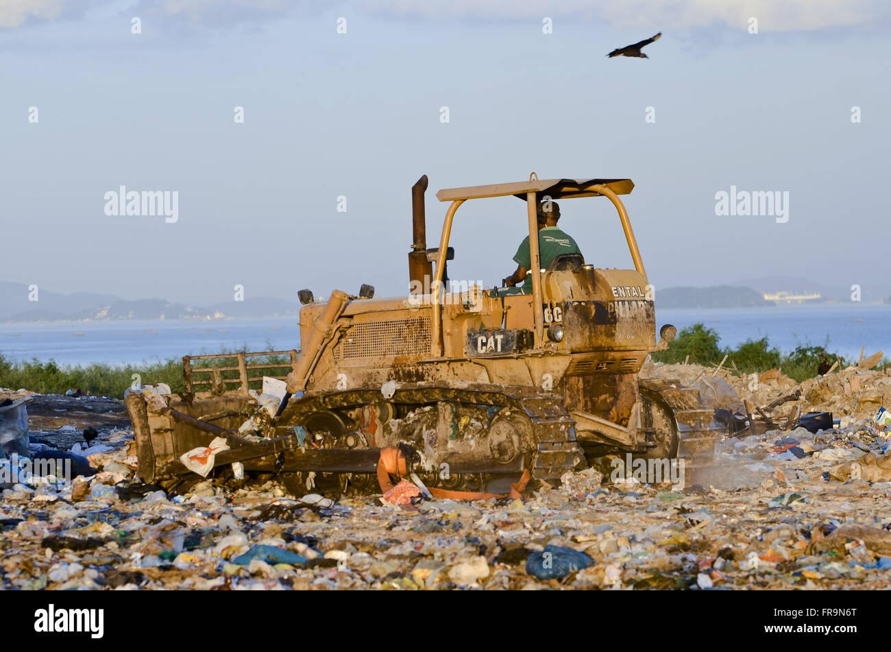 Bulldozer operator in Jardim Gramacho Landfill - Stock Image