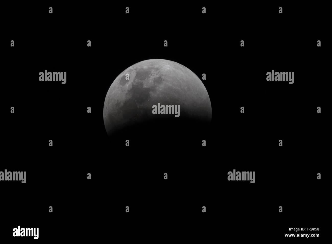 Eclipse total da lua em sua etapa inicial - Stock Image