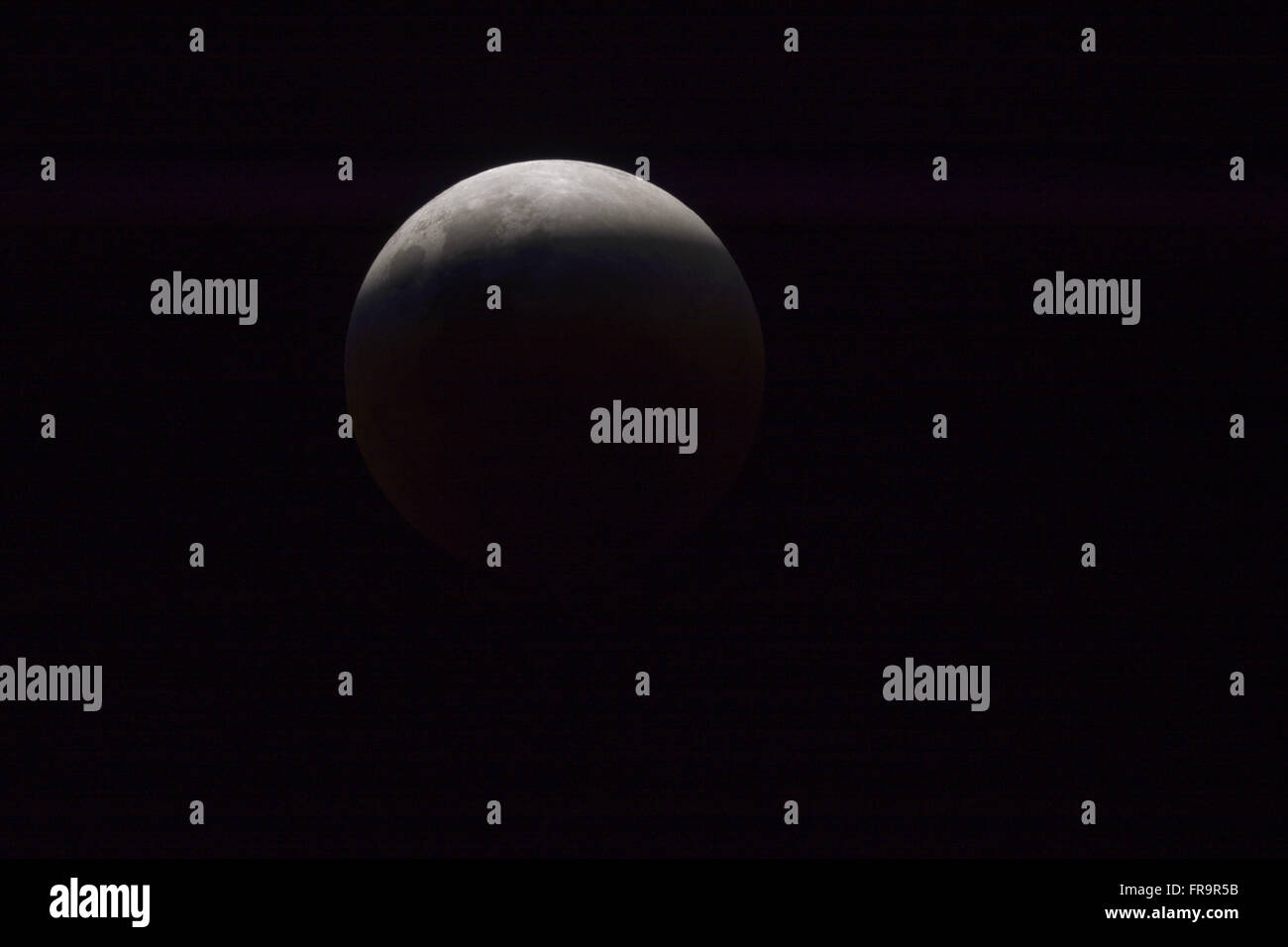 Eclipse total da lua em sua etapa final - Stock Image