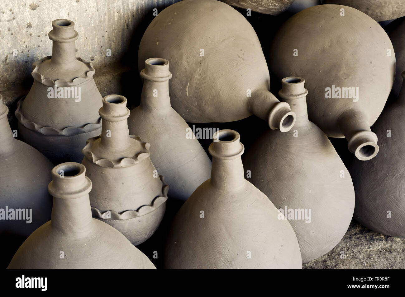 Earthenware crock made by Dona Ferreira Andrelina Flowers - Stock Image