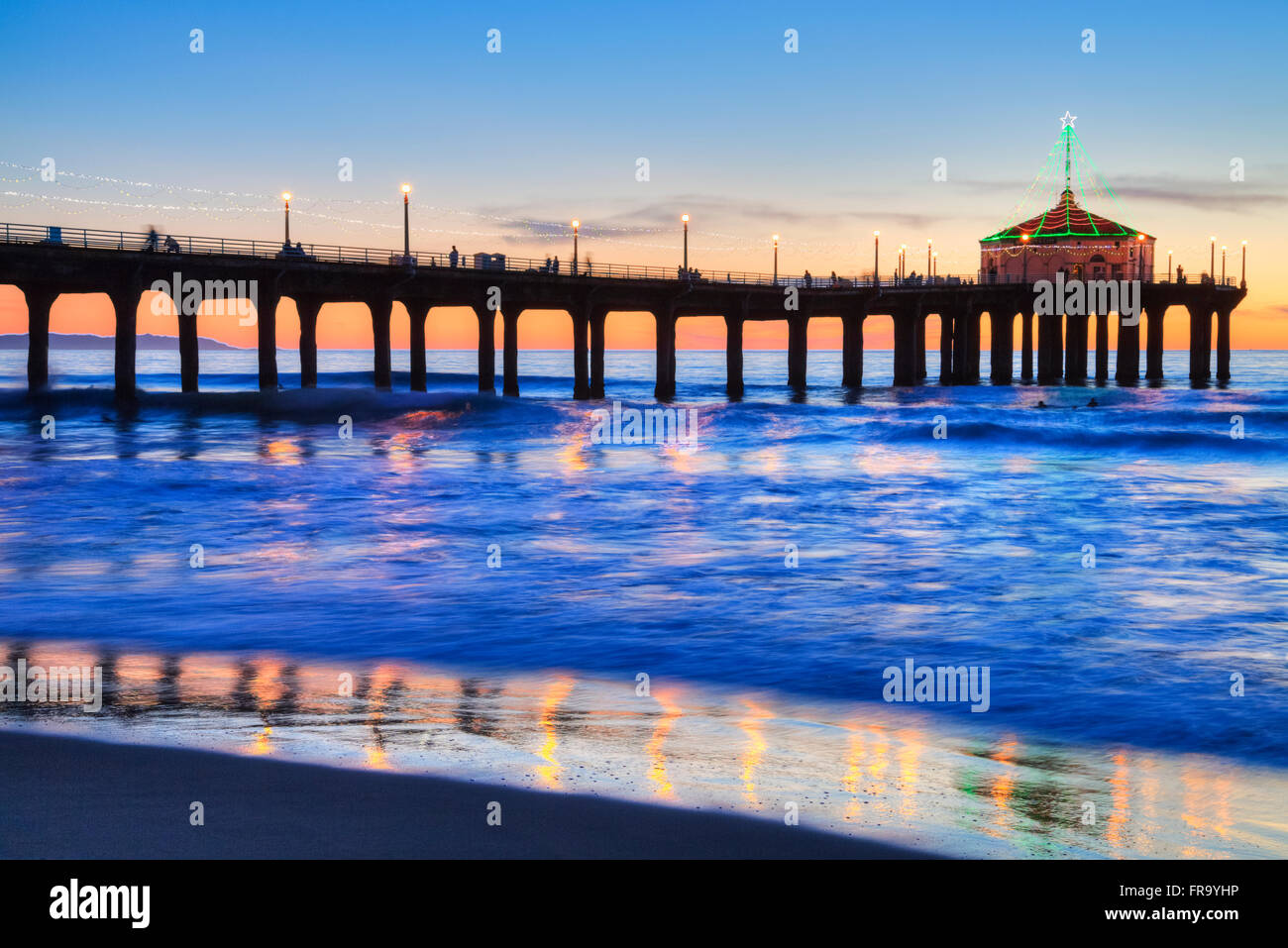 Manhattan Beach Pier at sunset, completed in 1920, Roundhouse Marine Studies Lab and Aquarium (octagonal building, - Stock Image