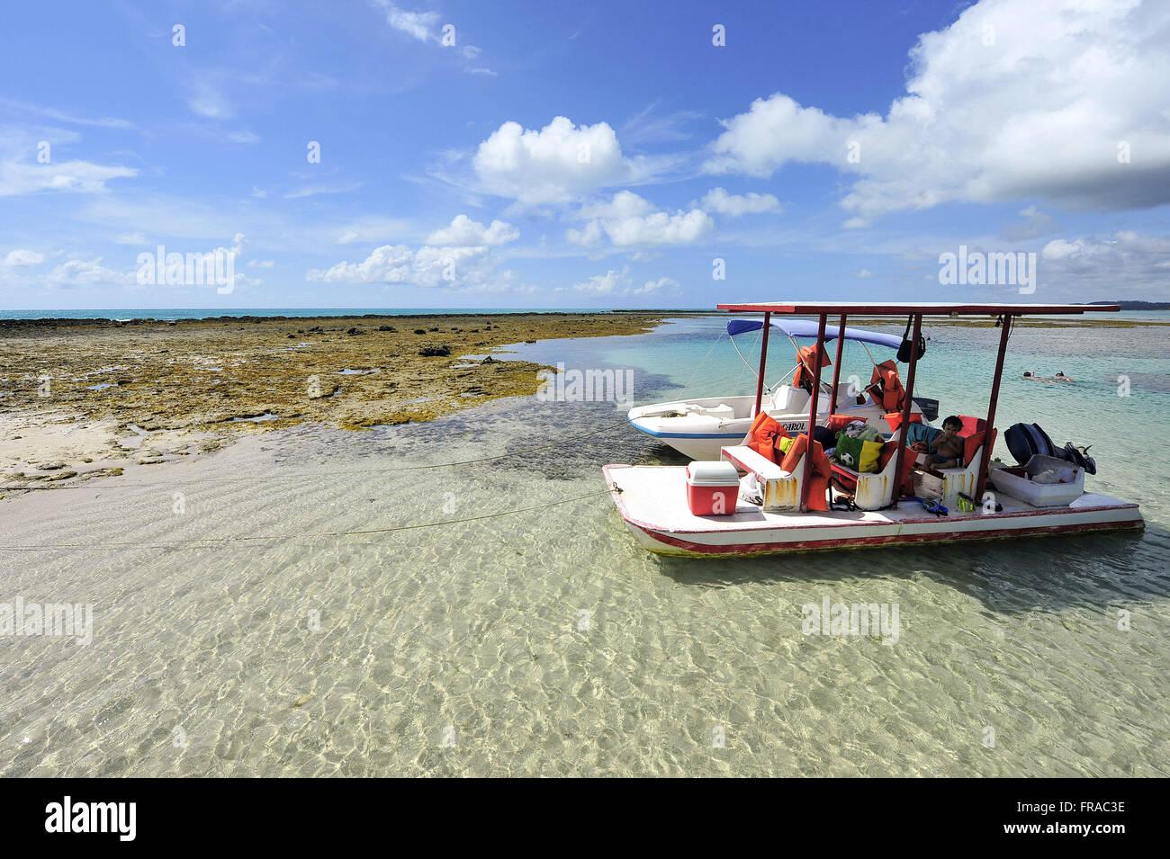 Barco de passeio na Praia de Japaratinga - Stock Image