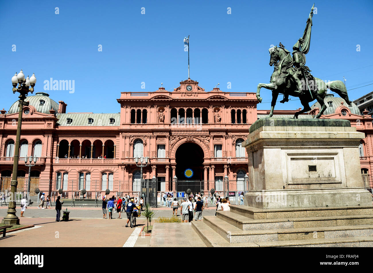 Sculpture of General Manuel Belgrano in front of the Casa de Gobierno known by Casa Rosada - Stock Image
