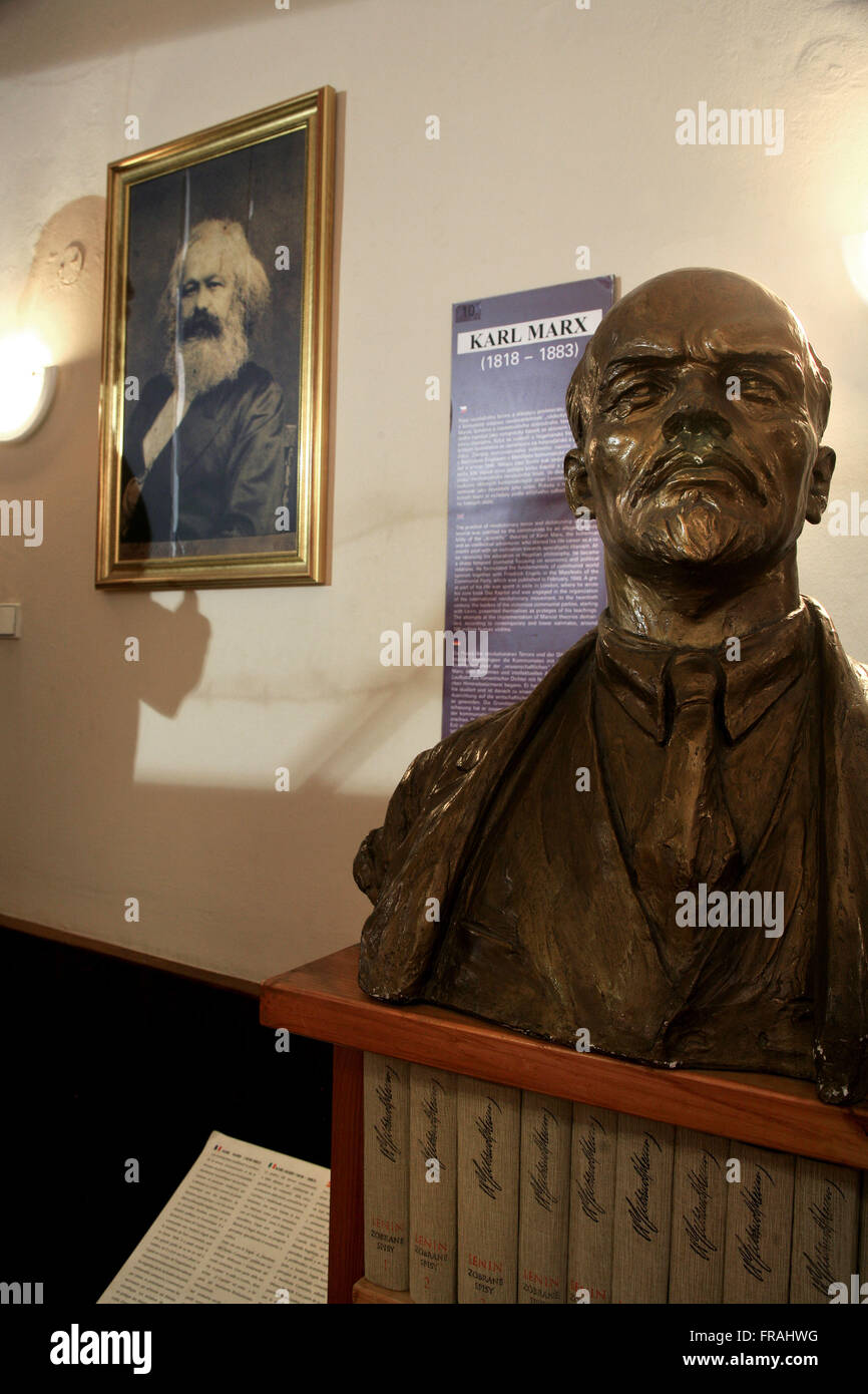 Bust of Lenin and Karl Marx portrait of the Museum of Communism in Prague - Stock Image