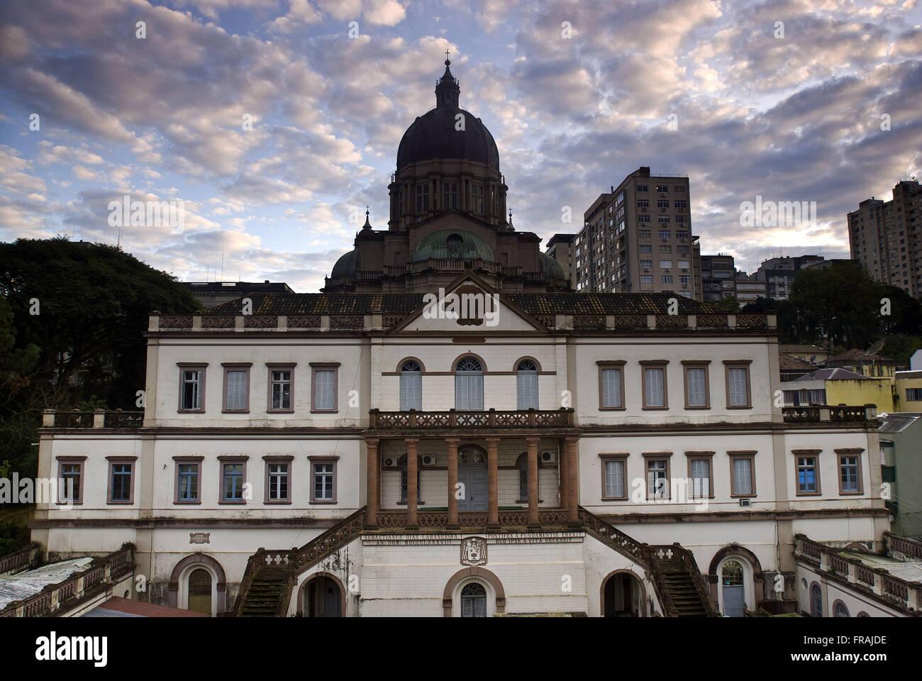 Fachada da cúria da Catedral Metropolitana cujo domo está ao fundo - Stock Image