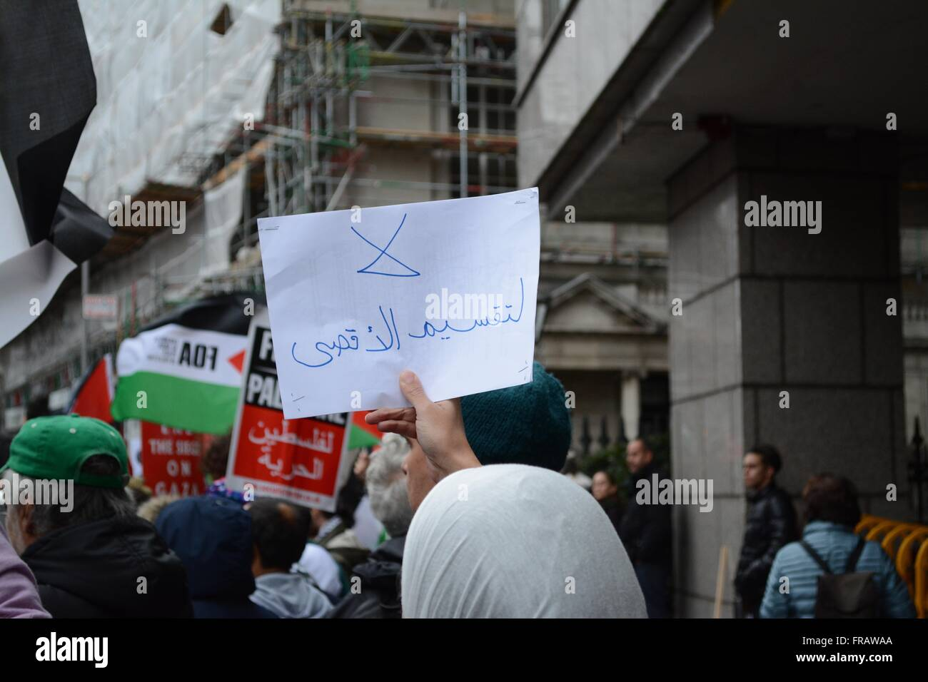October 17th 2015. London, England. Protester holds up a sign written in Arabic (Translation: No division of al - Stock Image
