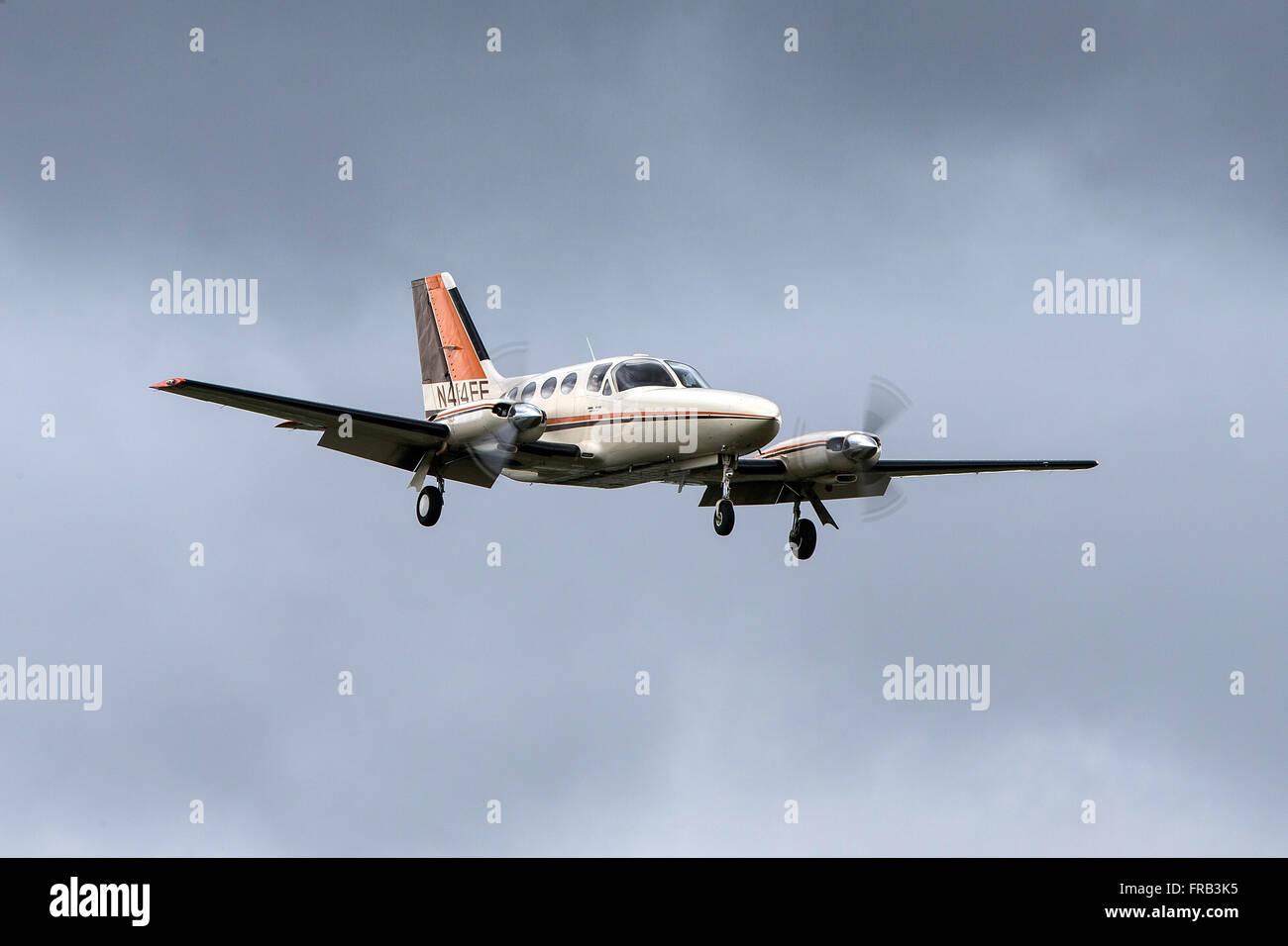 Cessna 414A Chancellor (registration N414EE) landing at Palo Alto Airport (KPAO), Palo Alto, California, United - Stock Image