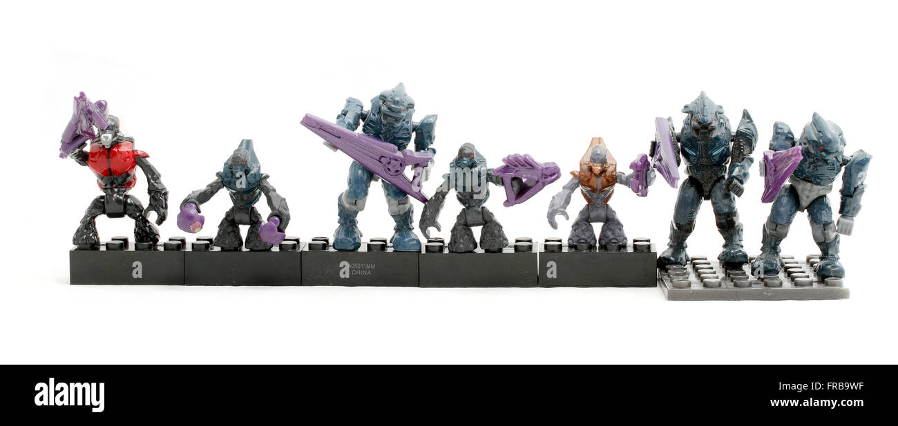 A selection of Halo figures : Grunt Combat Unit with four