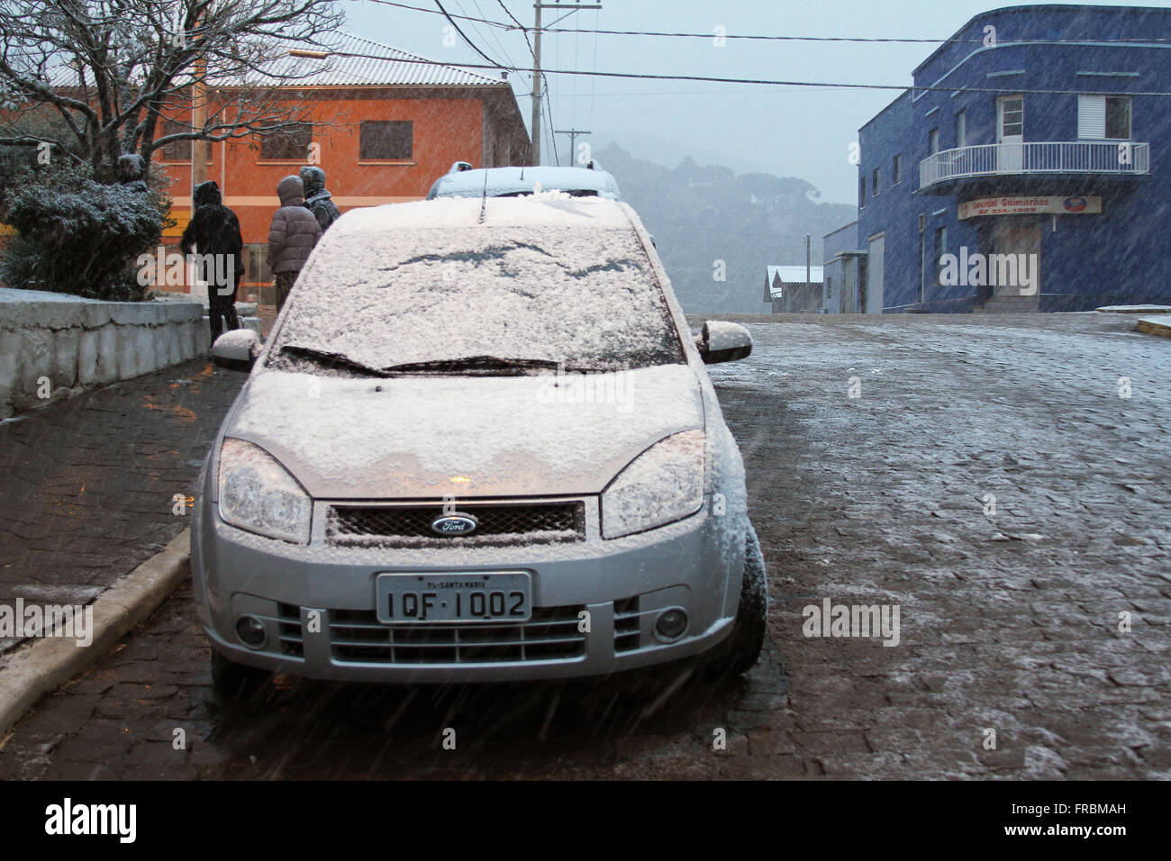 Automobile parked covered with snow - Serra Gaucha region - Stock Image